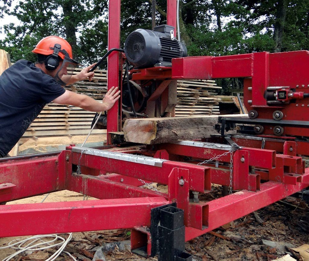 Ed of Winter Garlands using the Wood-Mizer to machine some big pieces of beech